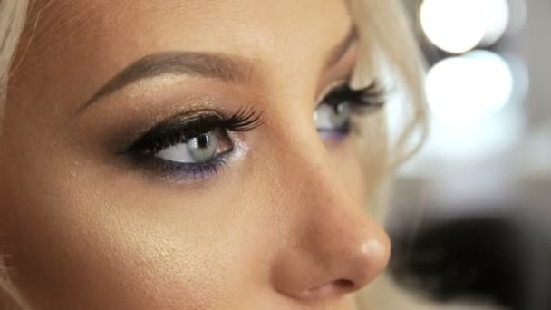 Kosmetický salon kadeřnictví styling vlasy v blond účes