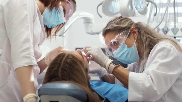 Junge Zahnärztin Empfang beim Kieferorthopäden Ersatz der Zahnspange Poliergelverklebung