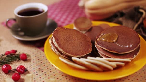 Csokis palacsinta, mézzel és csésze kávé