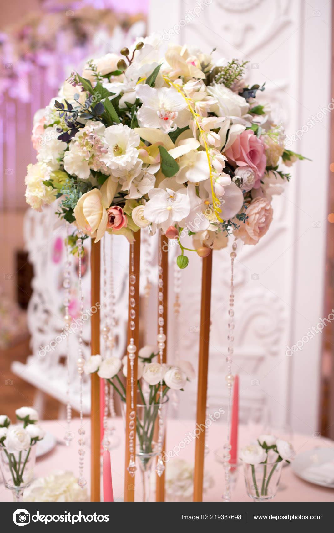 02f69292bf68 Επιτραπέζιες Διακοσμήσεις Λουλουδιών Για Διακοπές Και Δείπνο Του Γάμου  Πίνακα– εικόνα αρχείου