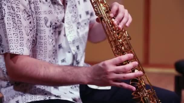 Az ember kezet játszik szaxofonon