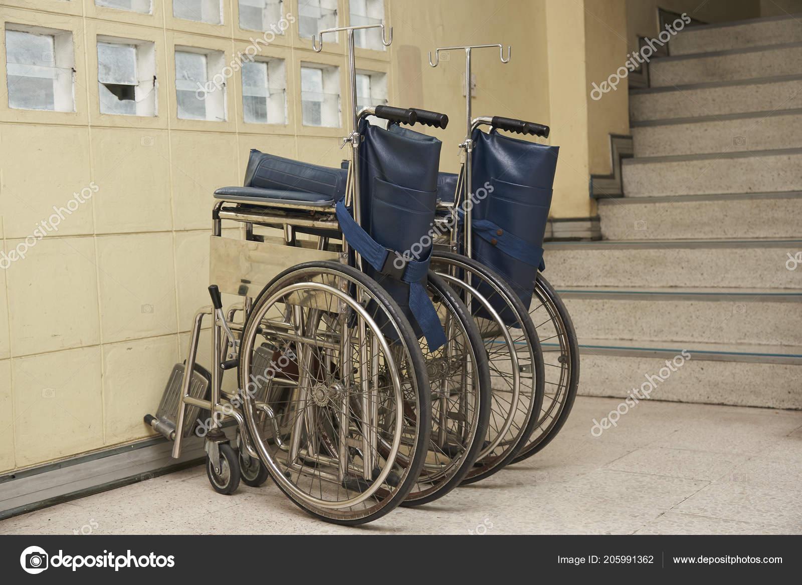 две старые коляски парковка старом здании стоковое фото
