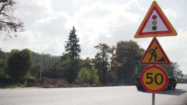 Vinnycja, Ukrajina – 10. září 2018: Dopravní značení, opravy silnic