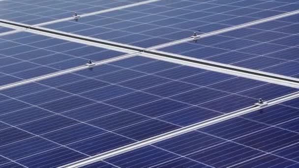 Horizontální moduly solárních panelů pro alternativní výrobu energie. Solární elektrárna.