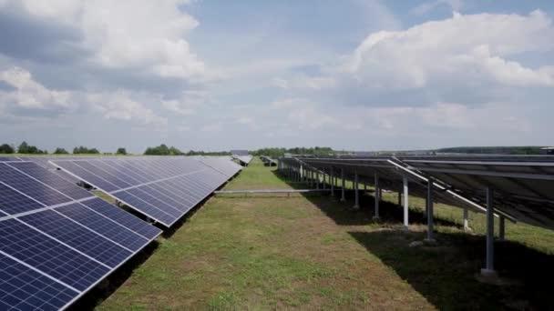Solární panely na zeleném poli. Fotovoltaiky ve sluneční elektrárně energie z přírodních.