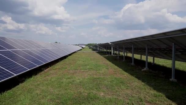 zelené pole se solárními panely pro obnovitelnou výrobu elektřiny.
