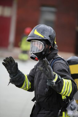 tekrar oksijen tankıyla yangından sonra itfaiyeci selamlıyor