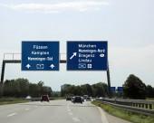 Fotografie große Verkehrszeichen mit der Anweisung, die Stadt und die Staatsgrenzen auf der österreichischen Autobahn