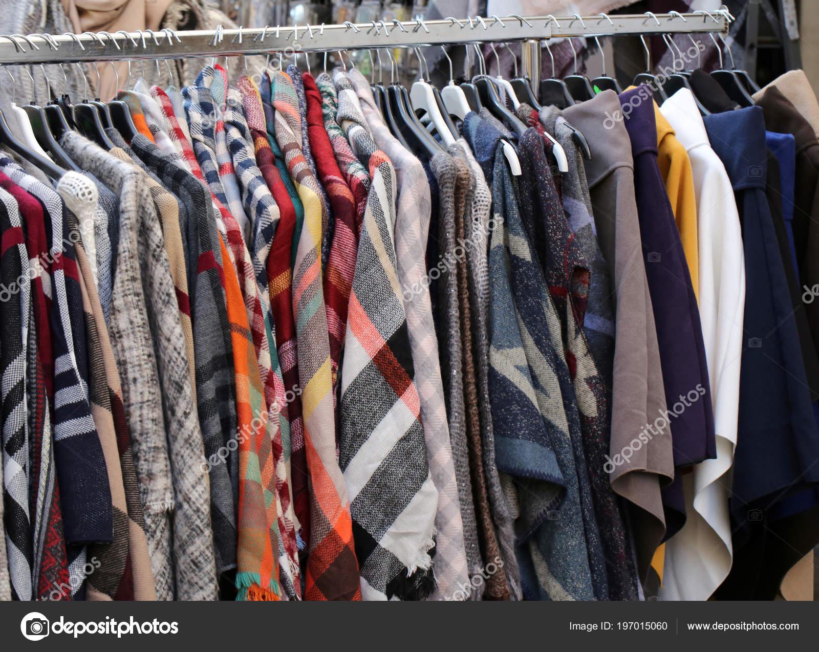 Gebruikte Kleding.Jas Shirts Veel Gebruikte Kleren Opknoping Stal Van Vlooienmarkt