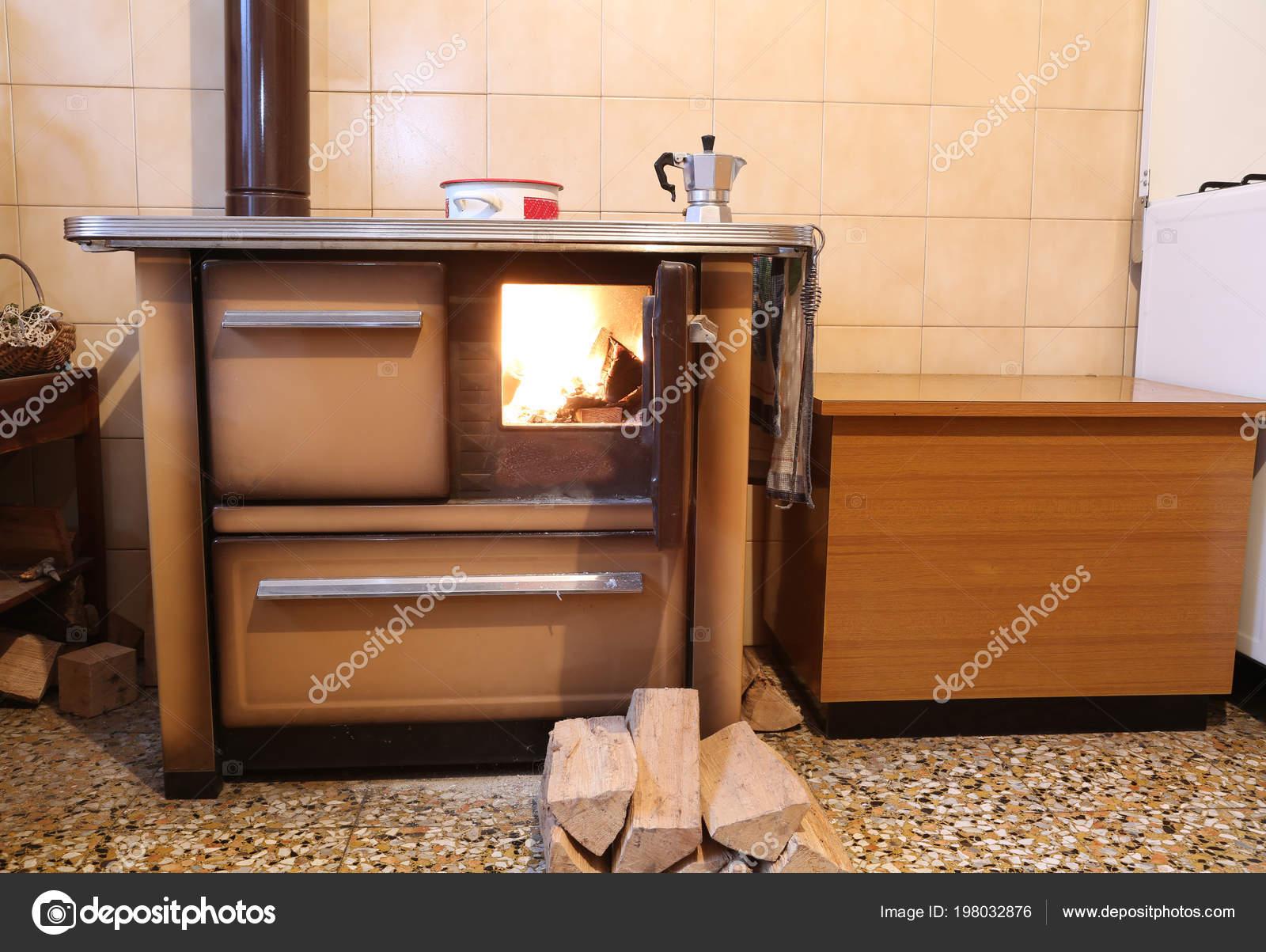 Vecchia Stufa Cucina Una Casa Montagna — Foto Stock © ChiccoDodiFC ...