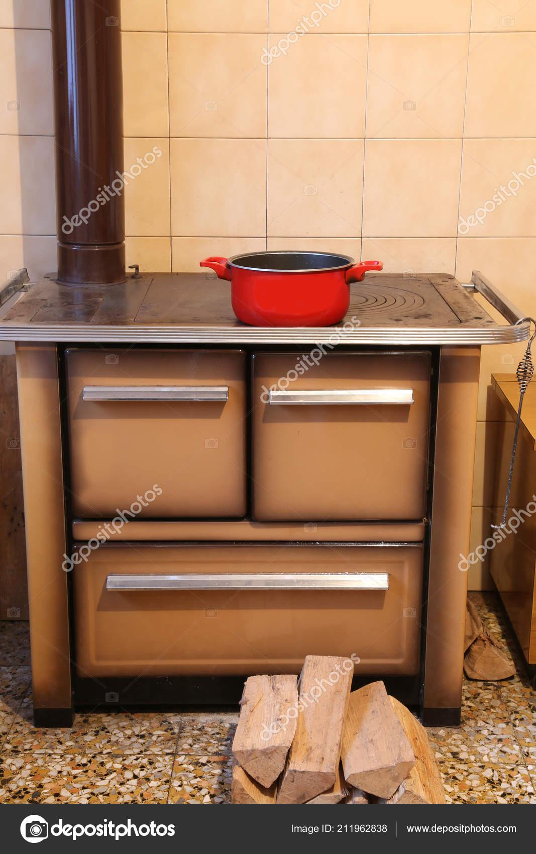 Antico Forno Legna Nella Cucina Della Casa Piccola Con Pot ...