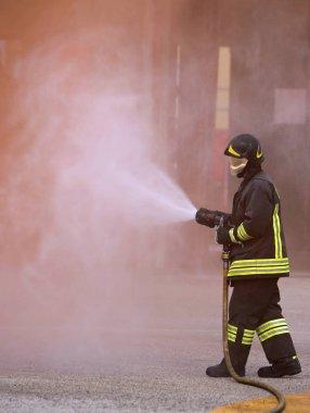 bir yangın söndürmek için güçlü bir yangın söndürme itfaiye kullanır