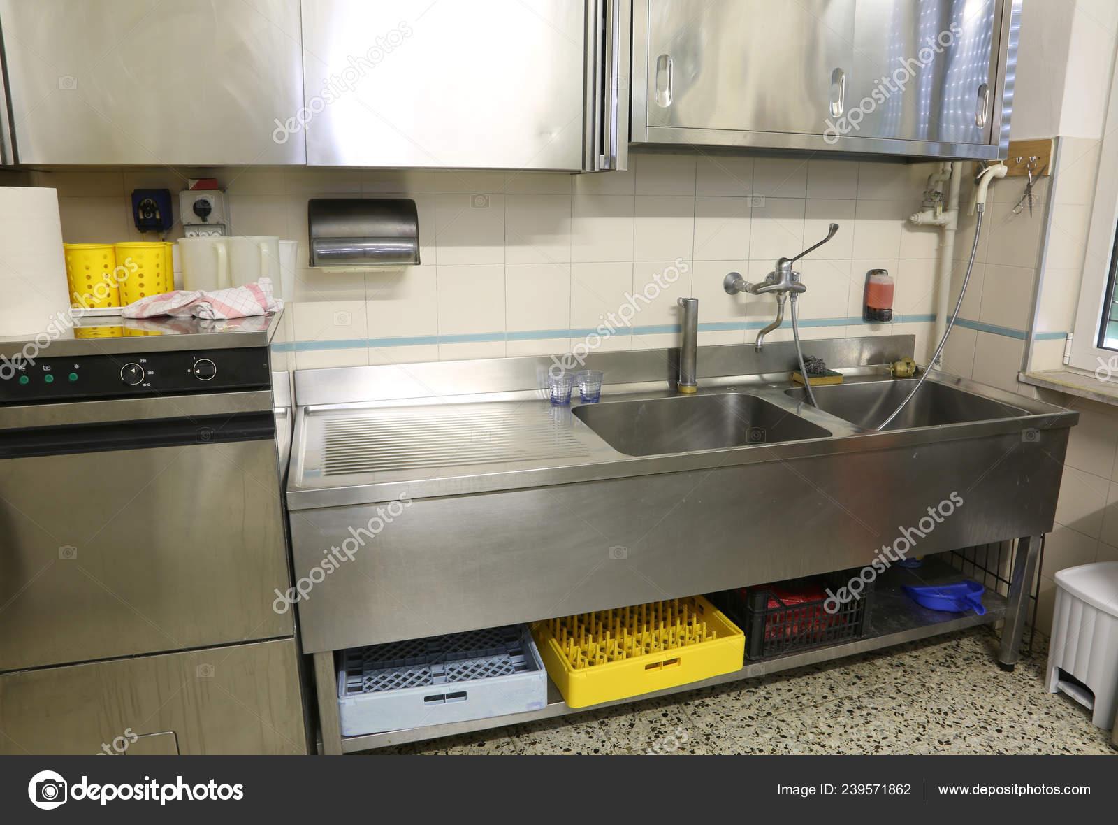 Muebles Acero Inoxidable Una Cocina Industrial Grande Con ...