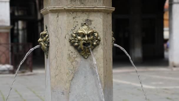 Uralter Trinkwasserbrunnen mit dem Gesicht eines Monsters mit menschlichen Zügen und dem Wasser, das aus dem Mund kommt