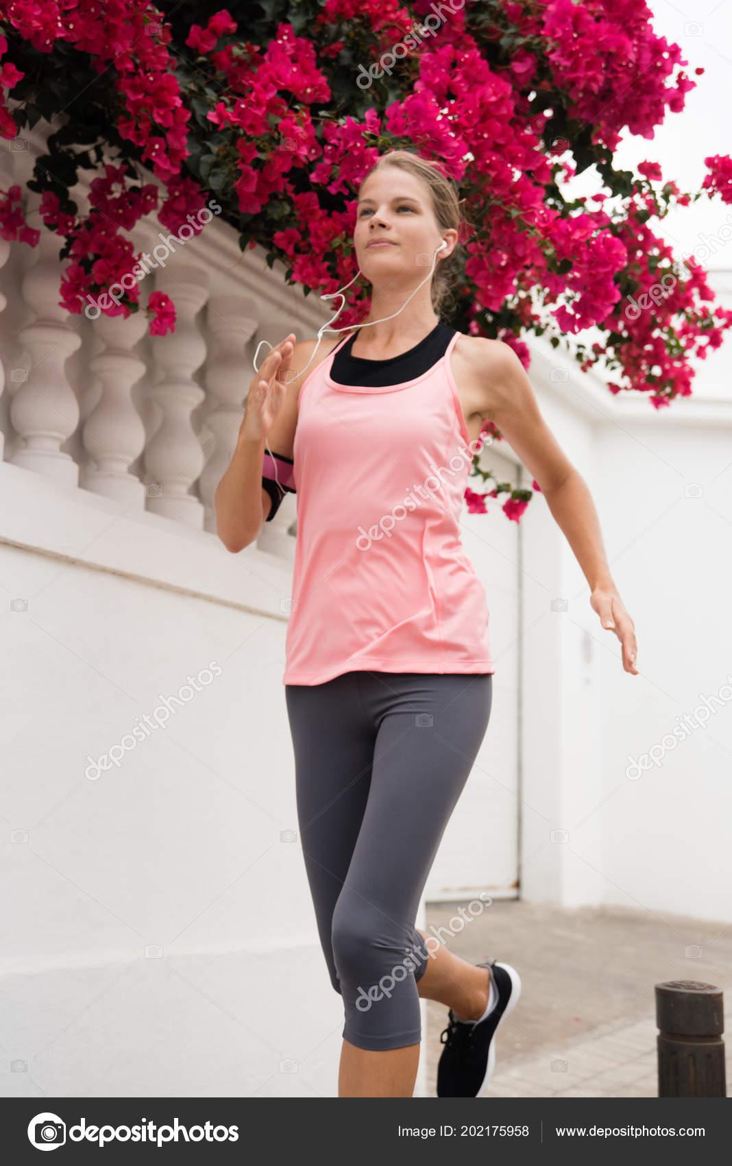 Mujer Joven Vestida Con Color Rosa Gris Corriendo Traje Con