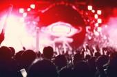 Fényképek Rock koncert sziluettek ember boldog gesztus, és emeli fel felvidítani fel énekes a kezében. Szórakoztató, és az emberek koncepció. Énekes és a közönség téma. Piros hangja