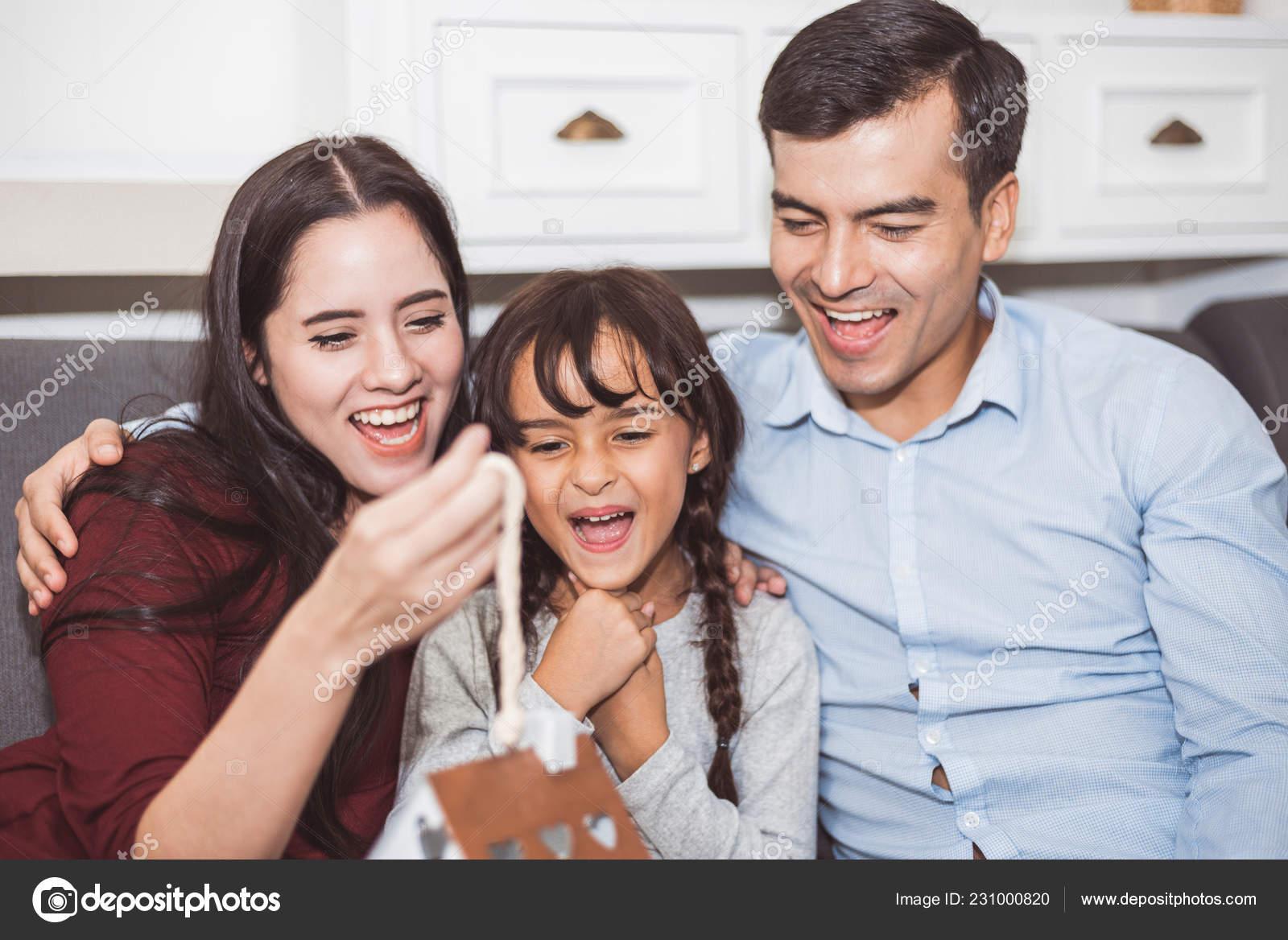 Vader Moeder Verrassen Hun Dochter Door Cadeau Nieuwe