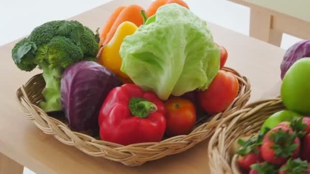 záběry zralých plodů a zeleniny na dřevěném stole