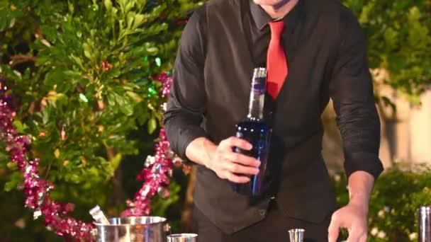 Asiatisch barman herstellung cocktails bei party