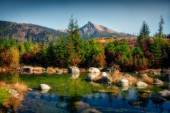 Krásné podzimní krajina s vrchol hory a jezero, Kriváň, Vysoké Tatry, Slovensko, Evropa