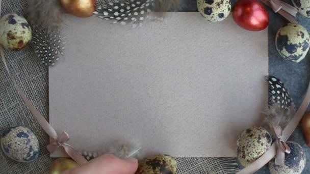 Hand, Eier auf Ostern Grußkarte mit textfreiraum für Text, Einrichtung der gefärbten Eiern und Federn auf Stoff Pastell farbigen Hintergrundvorlage für design