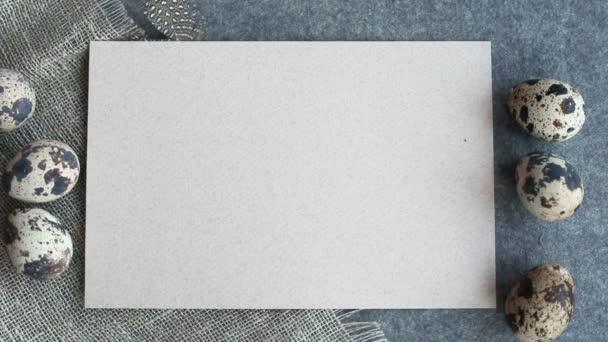 Hand legt Ostergrußkarte mit Kopierplatz für Text und schöne Dekoration von Eiern und Federn auf Stoffhintergrund pastellfarbene Vorlage für Design