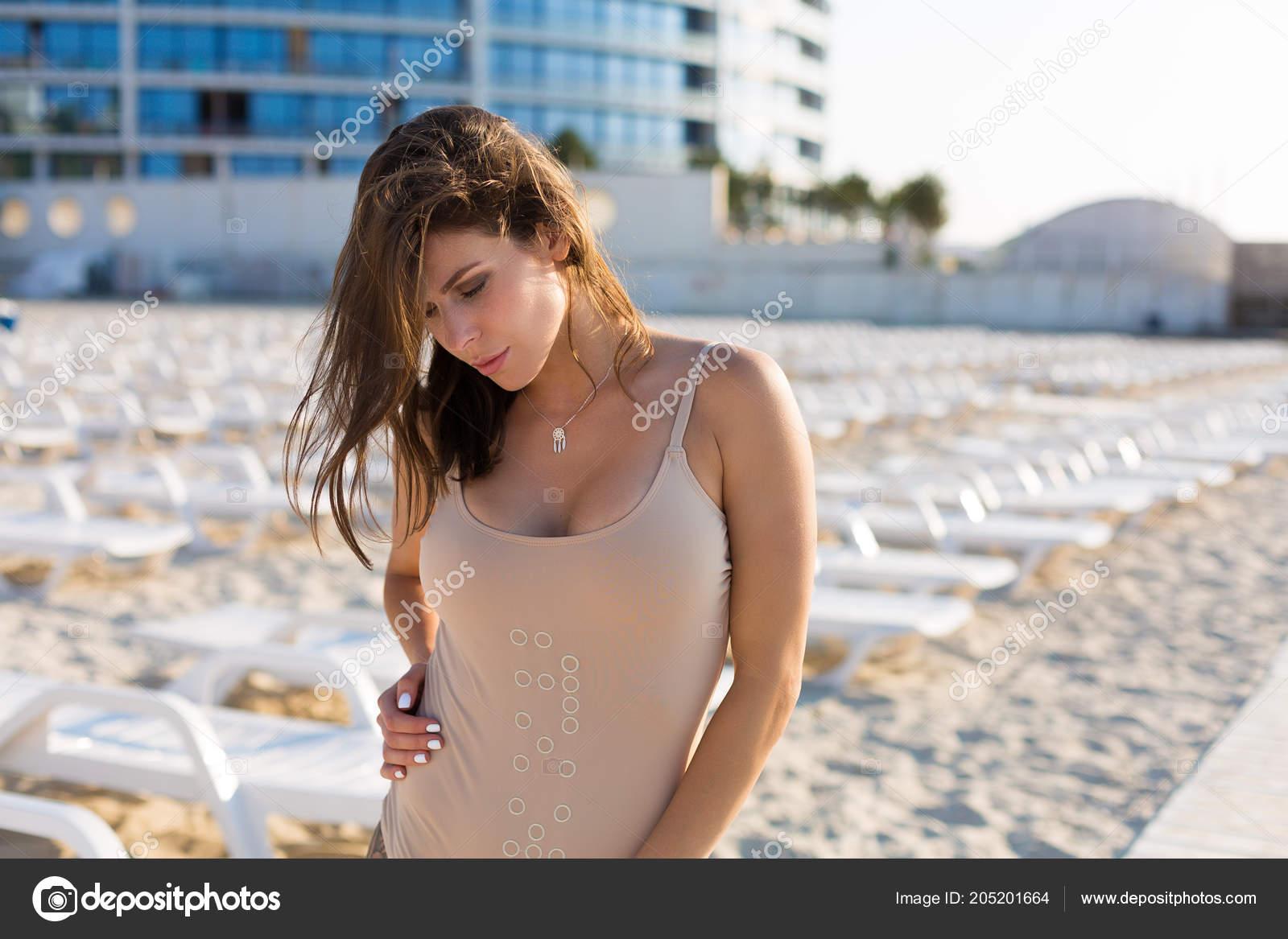 Mujer Vestida Con Traje Baño Desnuda Playa Verano Foto De Stock