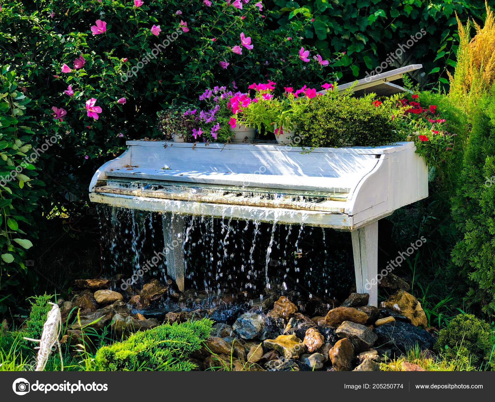 Piano Cola Blanco Fuente Agua Jardin Verano Foto De Stock - Fuentes-agua-jardin