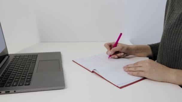 nő kézírás notebook, laptop, felső nézet