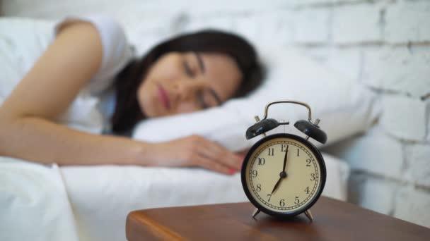 Fáradt, barna kikapcsolása a szobájában ő ébresztőóra.