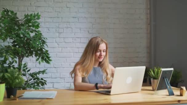 Šťastná žena pocit vzrušení při pohledu na obrazovku notebooku sedí na pracovišti, slaví úspěch v podnikání, online vyhrát, pozitivní, že dobré zprávy v e-mailu, pozitivní výsledek, složil zkoušku, dostal práci, propagované