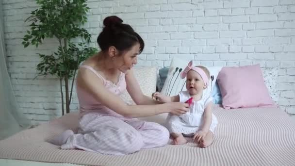 Felice madre e bambino baci e abbracci, riposo a letto insieme ...