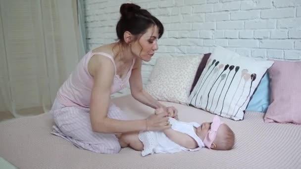 Šťastná matka a dítě líbat a objímat, odpočívá v posteli spolu, mateřství koncepce mateřství krásná šťastná rodina