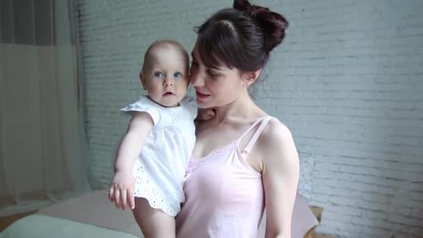 a gyermek egy cumi, anya, fogta a baba, a mellbimbó a