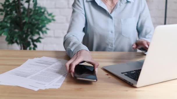 nő használ laptop és szúró telefon, íróasztal, irodai hely