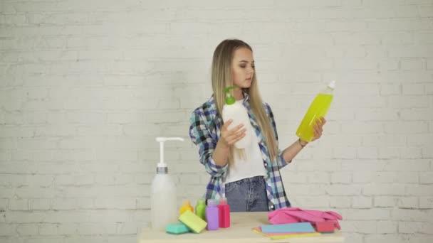 Krásná mladá dívka uklízet dům
