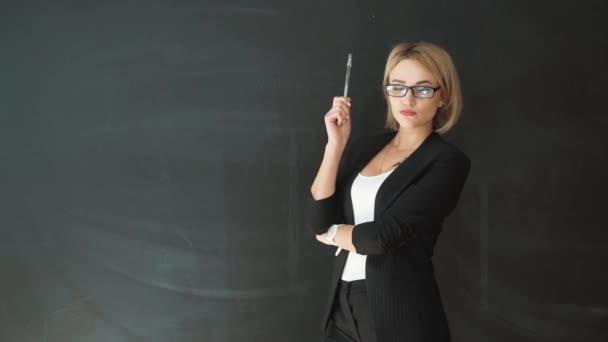 Il gesto di mano di insegnante, mostrando una scheda in bianco