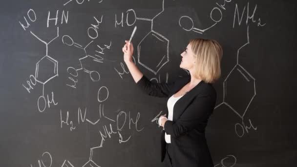 učit se věda nebo chemie vzorec jistý krásná žena učitel křídové tabule pozadí