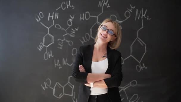 Ismerje meg a tudomány vagy a kémiai képlet magabiztos gyönyörű nő tanár kréta tábla háttér