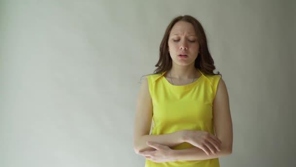 Obraz ženy naštvaný frustrovaný mladá dáma svíjí bolestí, trpící hrozné bolesti hlavy, masírování chrámy. Tmavovláska, drželi se za ruce na hlavu při bolesti hlavy po bezesné noci
