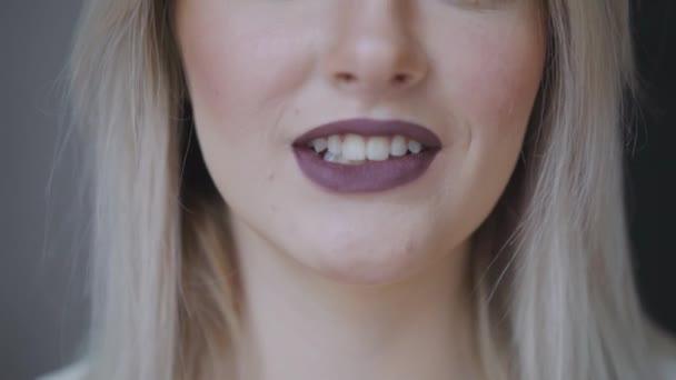 Krásná ženská tvář. Dokonalé zubatými úsměv. Kavkazská mladá dívka detailní portrét. Tmavé rty, zuby, kůže. Izolované na šedém pozadí. Studio záběr. šťastná dívka pozitivní
