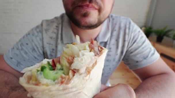 Muž jí Döner Kebap je kuchyně našeho východního rychlé občerstvení