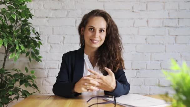 Veselá podnikatelka mluví do kamery
