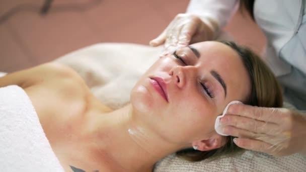 Frau bekommen rf heben in ihrem Gesicht in Klinik. Rf-Therapie Anti-Aging, Verjüngung und heben Verfahren.