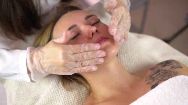 Žena rf lifting v její tvář v klinice. Rf terapie proti stárnutí, omlazení a zvedání postup