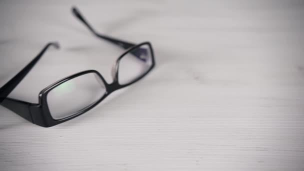 Čelní pohled na bílém stole brýle na čtení.