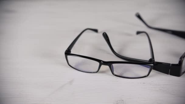 Elölnézete olvasó szemüveg, a fehér asztal.