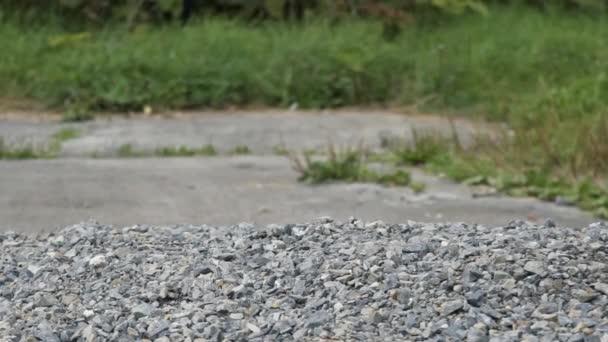 těžký Železný kettlebell konkurence ve dvoře venkovní fitness koncept. Kettlebell spadá do hromady kamení