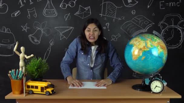Školačka, studentka sedí u stolu, dělat domácí úkoly. Vzdělávání ve škole, College, Univerzita