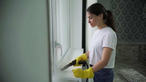 Profesionální čištění oken. Okno, mytí se speciálním přípravkem. domácnosti nebo uklízečka